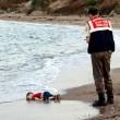 Aylan Kurdi, foto commuove mondo. Ma c'è chi crede sia falsa 02