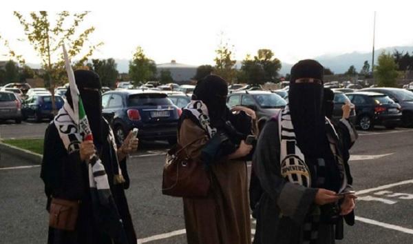 FOTO Col burqa allo Juventus Stadium, tifose fermate poi...