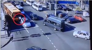 Sindrome Superman: tenta di fermare bus con le mani...VIDEO