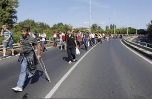 Marcia a piedi profughi siriani per fuggire i campi di Orban