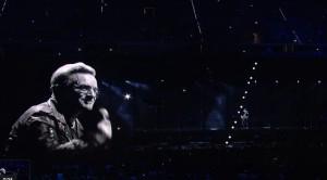 U2 a Torino, Bono canta anche per i migranti