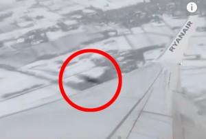 VIDEO YouTube. Ufo sfiora aereo Ryanair: ripreso da passeggero