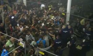 VIDEO YouTube - Ungheria, profughi in gabbia, cibo lanciato