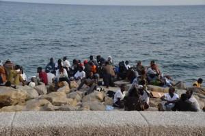 Ventimiglia: migranti sgomberati, tornano sugli scogli