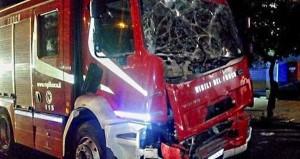 Roma, incidente auto contro vigili del fuoco: 2 feriti