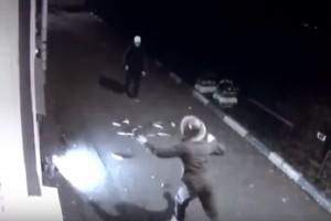VIDEO YouTube - Vestito da zombie spaventa passante ma...