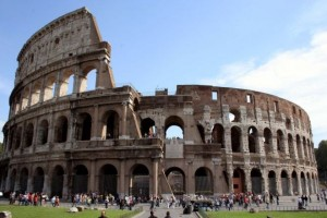 Colosseo, centurioni palpano turiste durante foto ricordo