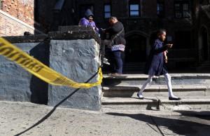 New York: lancia la figlia di sei mesi dal sesto piano
