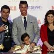 Cristiano Ronaldo ritira scarpa d'oro, il figlio... 4