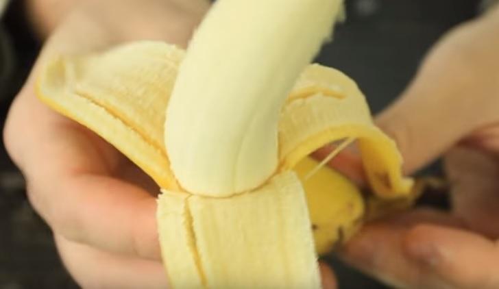 ecco come aprire una banana senza spappolarla