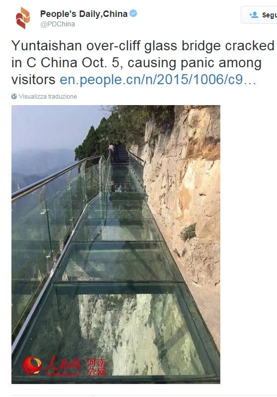 Cina, crepa su ponte vetro sospeso nel vuoto a 180 metri