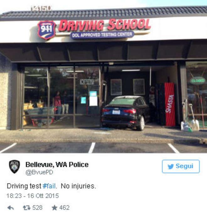 Esame patente: auto nella vetrata della scuola guida FOTO