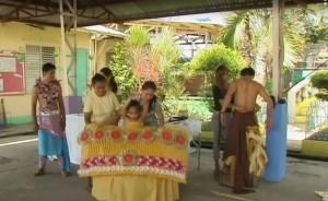 Filippine, abiti di moda fatti con la spazzatura