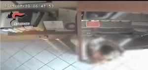 VIDEO YouTube. Ruba ticket restaurant in ufficio e fa spesa