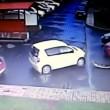 VIDEO YOUTUBE: fa tre incidenti in 40 secondi nel parcheggio