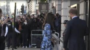 Kate Middleton: abito blu e bianco e tacchi a spillo