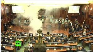 VIDEO YouTube. Kosovo, lancio di fumogeni in Parlamento