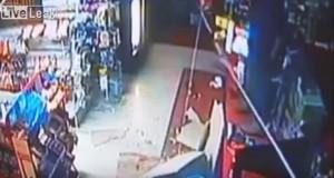 Cerca di rapinare negozio ma crolla soffitto