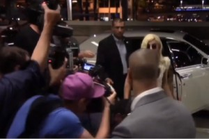Lady Gaga inciampa per colpa del fotografo