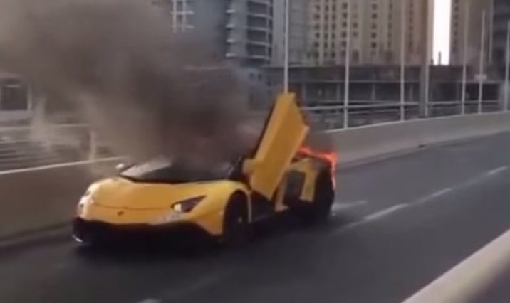video youtube: lamborghini prende fuoco in strada a dubai | blitz