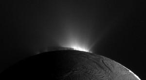 Luna Saturno, foto del deserto ghiacciato, crateri e canyon