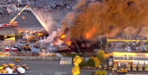 Maxi incendio Los Angeles in impianto riciclaggio VIDEO