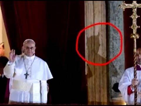 Papa Francesco e l'ombra di Satana: il fotomontaggio