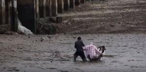 YOUTUBE Thailandia, pescatore eroe salva turisti da fango