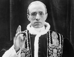 Pio XII complottava per uccidere Hitler: un libro lo prova