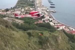 YOUTUBE Monte di Procida, auto nel dirupo: ragazza muore