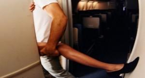 Hostess fa sesso coi clienti in volo: 1500£ a prestazione...