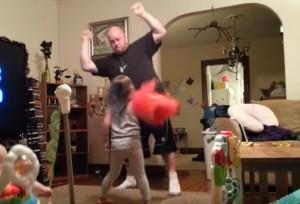 Un frame del video