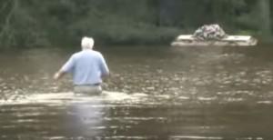 Reverendo si immerge per recuperare bara