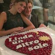 Valentino Rossi regala torta a forma di cuore a Linda FOTO
