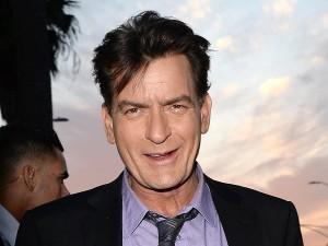 Charlie Sheen, spunta video in cui fa sesso con un uomo e fuma crack