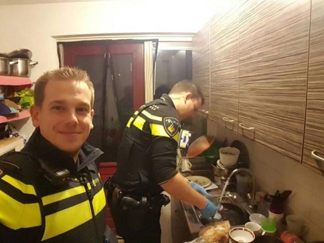 Poliziotti cucinano ai bimbi rimasti soli, poi lavano piatti