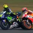 Un momento del discusso duello tra Valentino Rossi e Marc Marquez (foto Ansa)