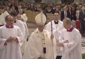Papa Francesco inciampa, seconda volta in 3 giorni VIDEO