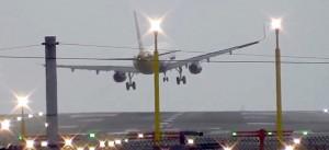 Manchester, aereo non riesce ad atterrare per vento