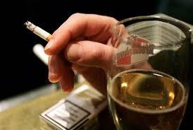Perché ogni volta che beviamo alcol sentiamo il bisogno di fumare?