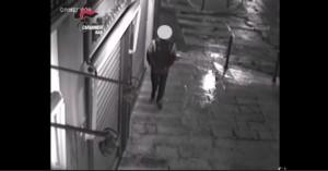 Barletta, rapinatore maldestro fugge e...scivola VIDEO