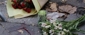 Attentati Parigi, fiori al Bataclan e musica in strada