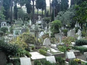 Conselice: resta chiusa nel cimitero. Scavalca, cade e muore