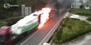 Autista guida camion in fiamme fuori da galleria