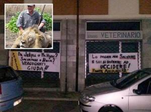 Veterinario fa foto con leone ucciso: e il canile lo caccia