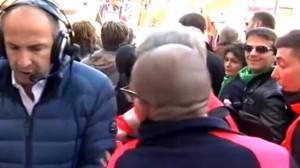 YOUTUBE. Fabrizio Frullani del Tg2 non fa passare la barella