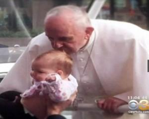 """Bambina con tumore """"guarita"""" da bacio di Papa Francesco"""