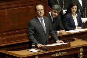 Attentati Parigi, Hollande: cambiamo Costituzione, è guerra