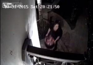 VIDEO Halloween, strega ruba tutte le caramelle dalla casa