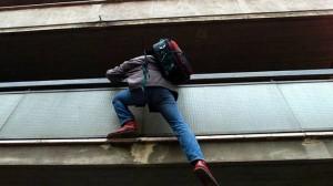 Roma: ladro si arrampica su grondaia e cade, è grave